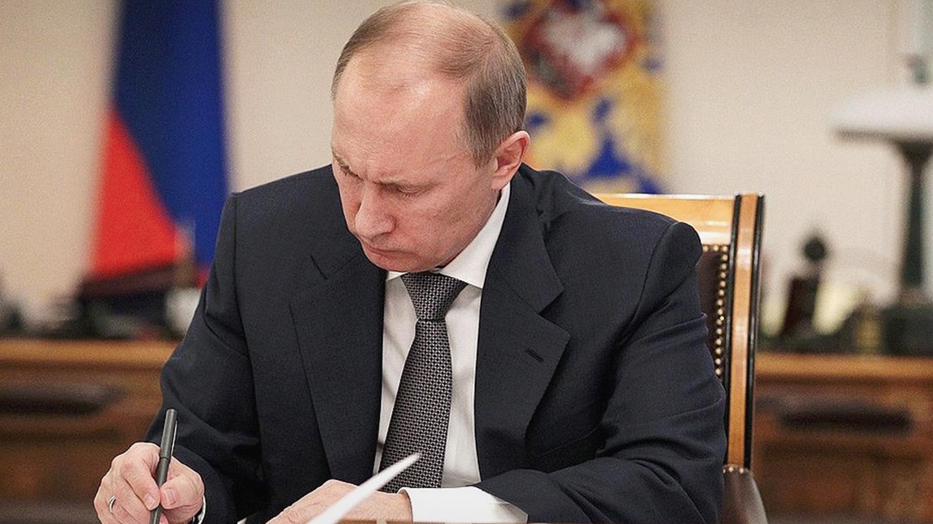 Путин подписал закон об удалении из интернета порочащей честь информации